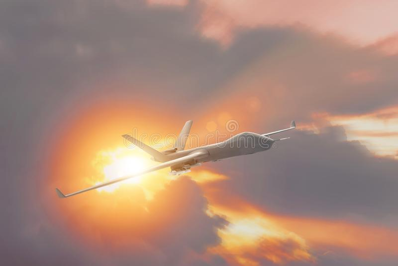 Militärt surruav-flyg på solnedgången, solstrålarna från molnen royaltyfri fotografi