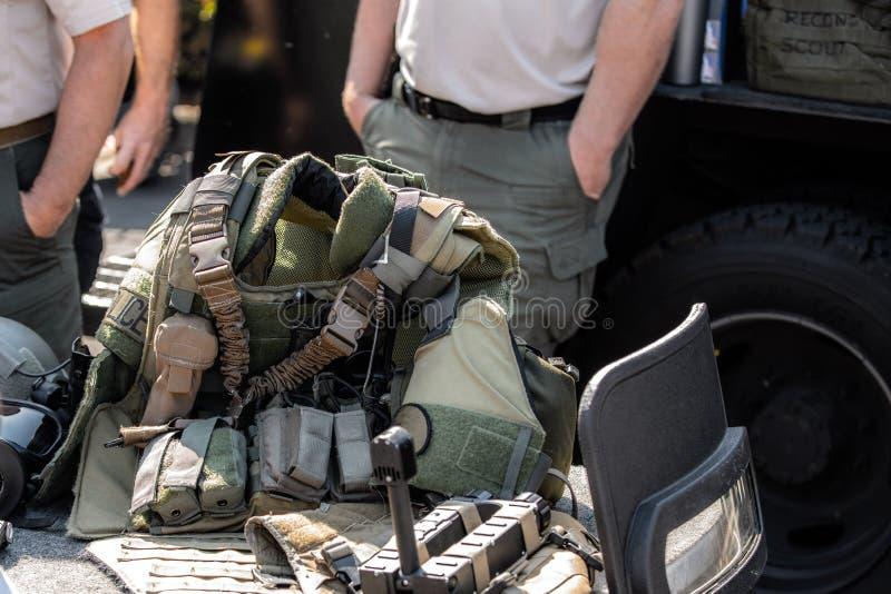 Militärt tumultkugghjul på skärmen royaltyfri fotografi