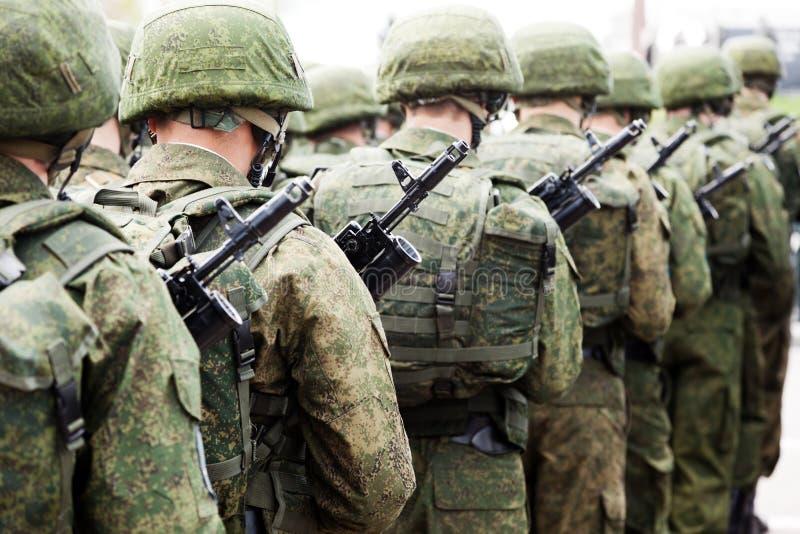 Militäruniformsoldatreihe lizenzfreies stockbild
