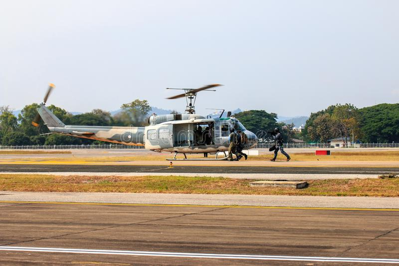 Milit?r helikoptershow p? barns dag i Chiang Mai, Thailand royaltyfria foton