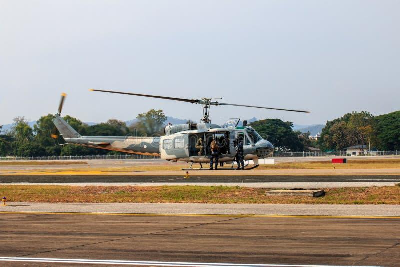 Milit?r helikoptershow p? barns dag i Chiang Mai, Thailand royaltyfri foto