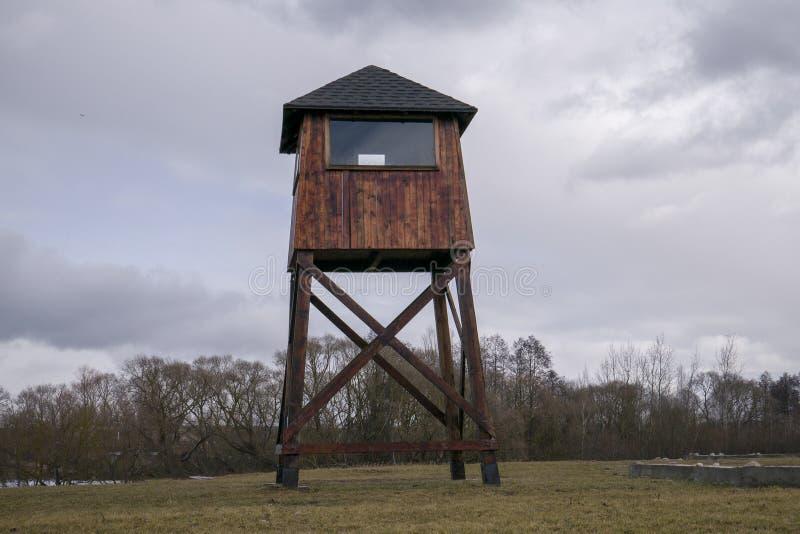 Milit?r watchtower i en koncentrationsl?ger royaltyfri foto