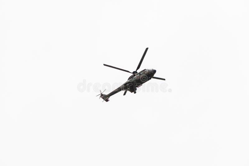 Milit?rmarinehubschrauberfliegen lokalisiert auf wei?em Hintergrund stockbilder