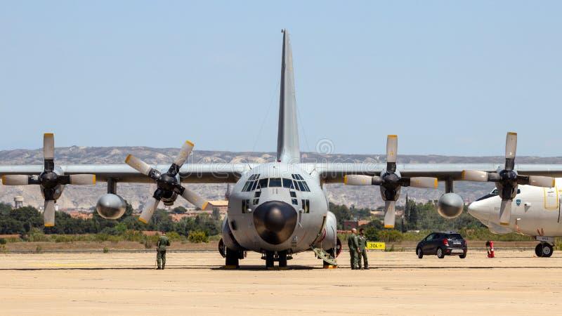 Militair c-130 Hercules vrachtvliegtuig stock afbeelding