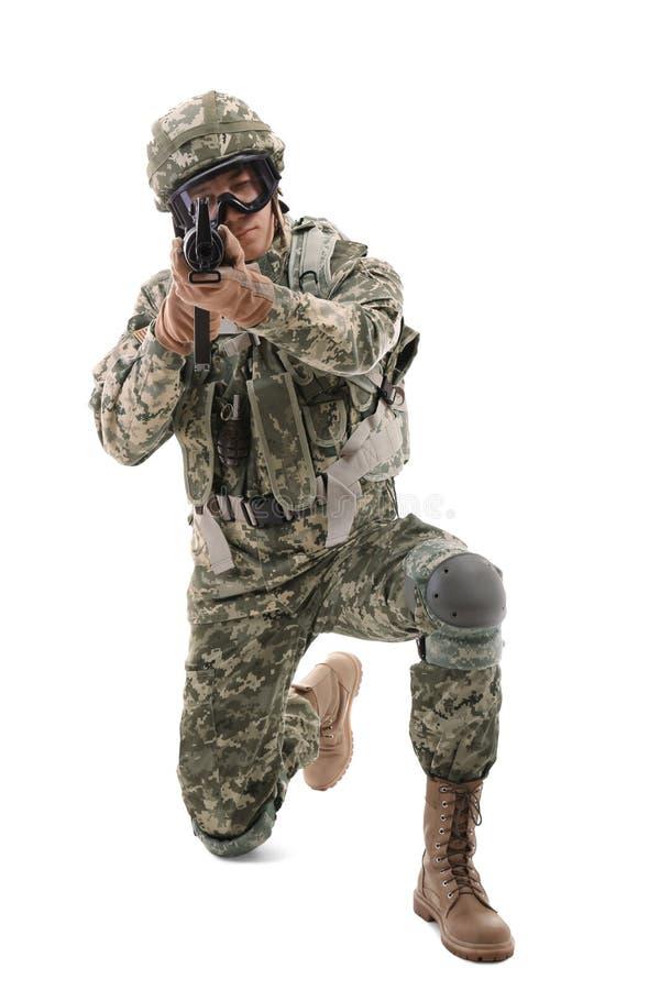 Militair in camouflage die geïsoleerd doel nemen, royalty-vrije stock foto's