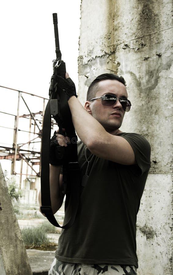 Militair in camouflage en glazen stock foto