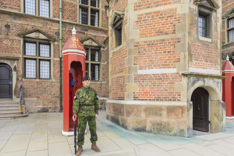 Militair die bij Rosenborg-Groef bewaken stock foto