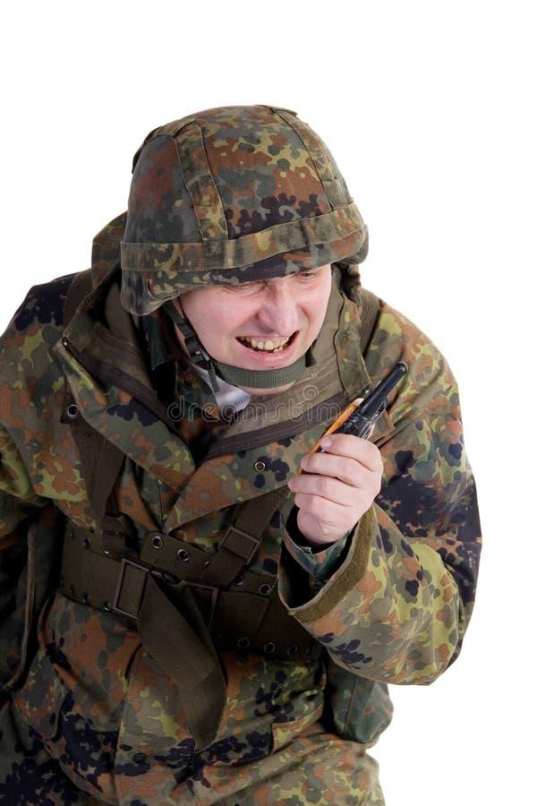 Militair die door walkie-talkie spreekt stock afbeeldingen