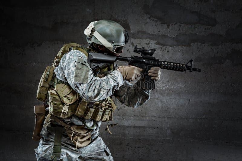 Militair die een geweer streven royalty-vrije stock foto's