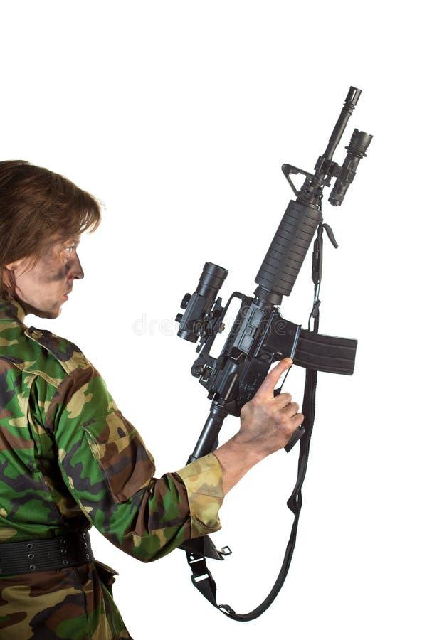 Militair die een kanon houdt stock fotografie