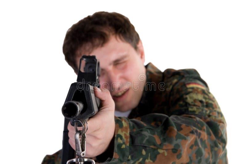 Militair die een kanon streeft stock foto's