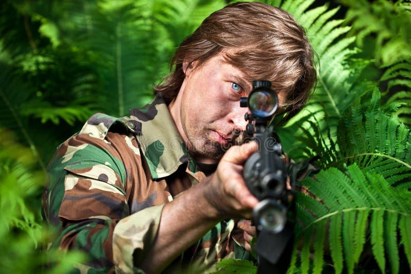 Militair die het geweer streeft stock afbeeldingen