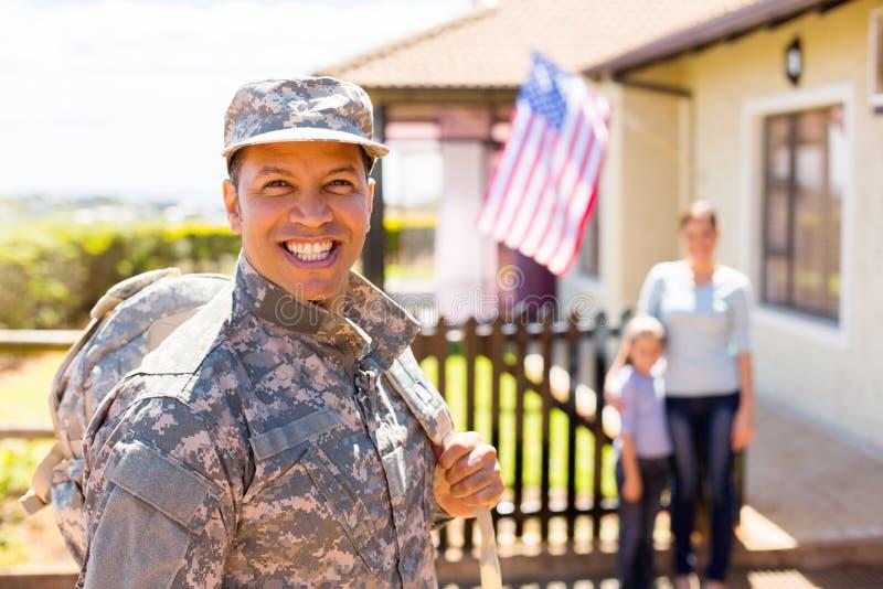 Militair die huis terugkeren stock afbeelding