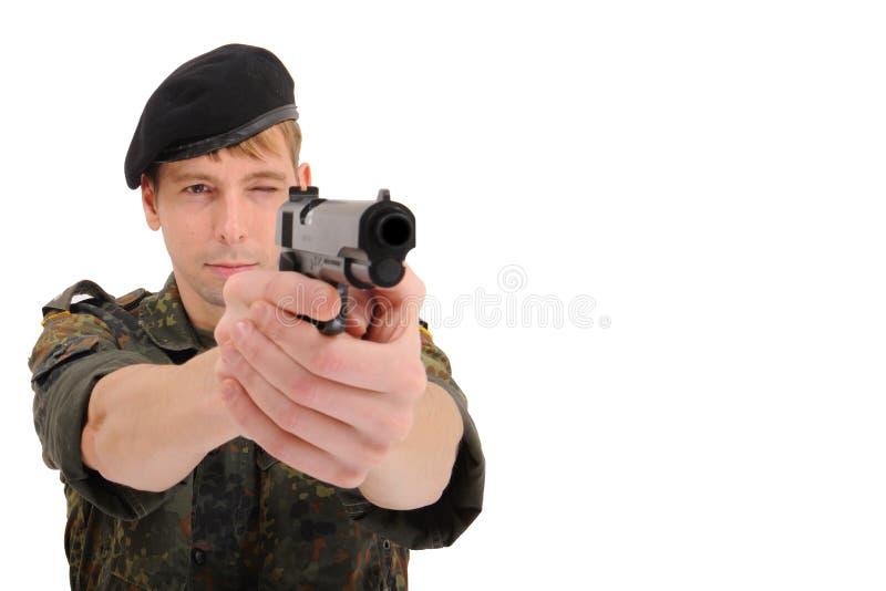 Militair die met kanon streeft royalty-vrije stock afbeeldingen