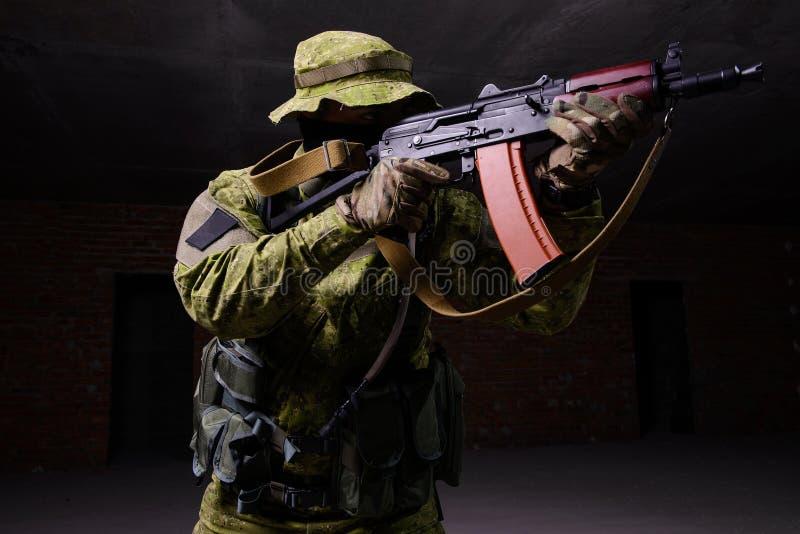 Militair die van geweer streven stock afbeelding