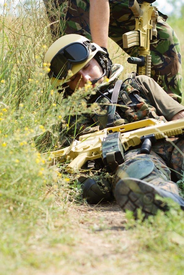Militair die vanaf het slagveld wordt gesleept stock foto