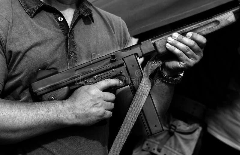 Militair in eenvormig met een machinepistool stock afbeelding