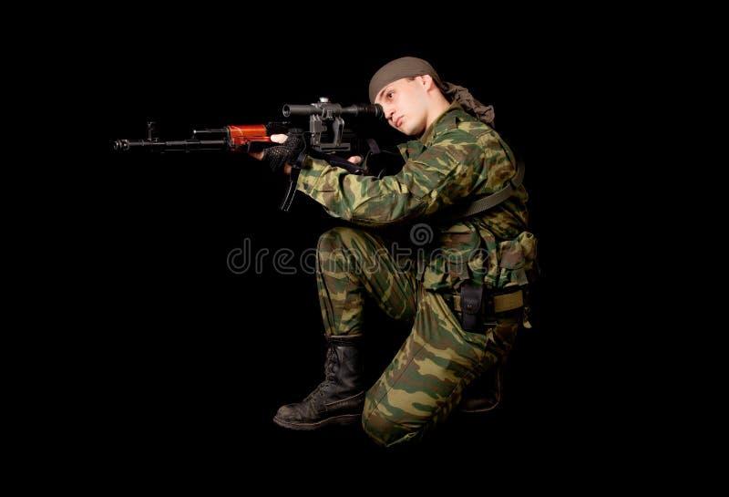 Militair in eenvormig met geweer stock foto's