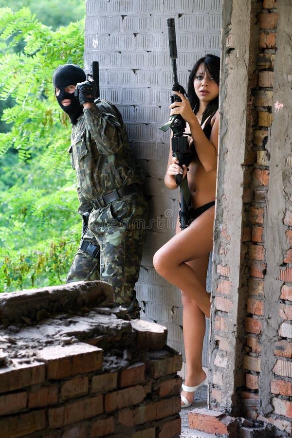 Militair en naakte vrouw stock afbeeldingen