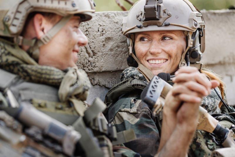 Militair en zijn vrouw bij het slagveld stock afbeelding