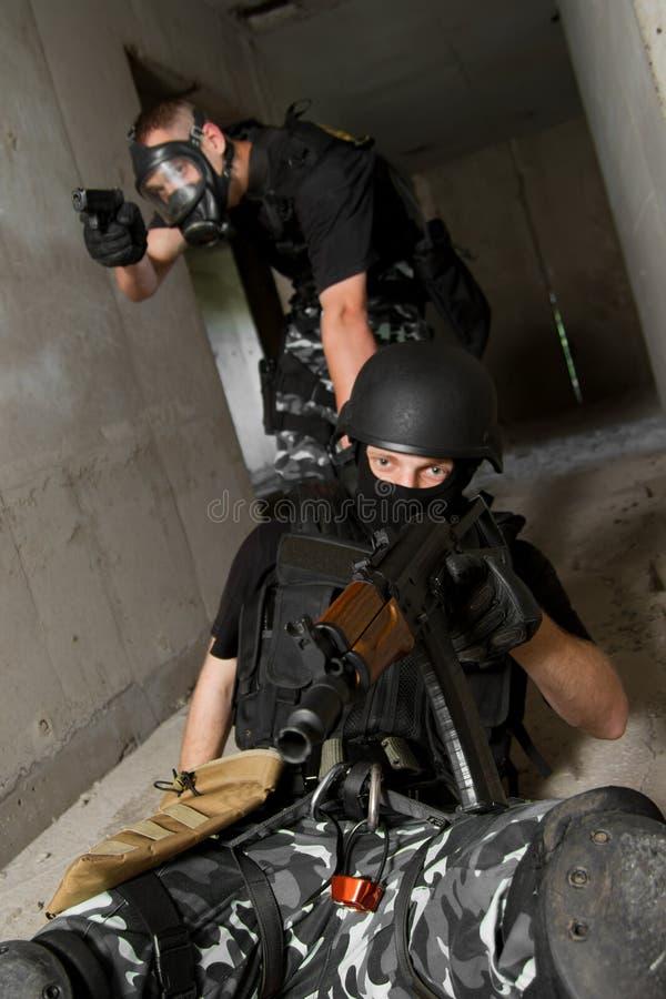 Militair in gasmasker dat zijn partner redt royalty-vrije stock foto's
