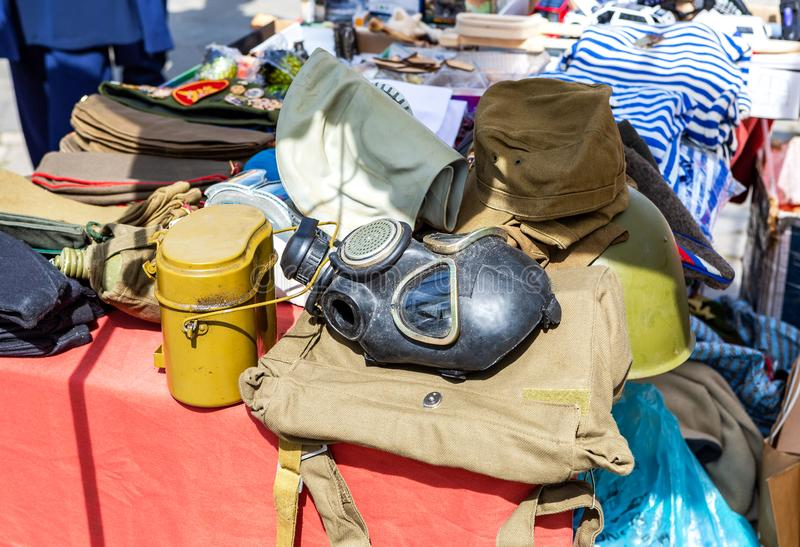 Militair gasmasker, legerbowlingspeler en andere munitie royalty-vrije stock foto