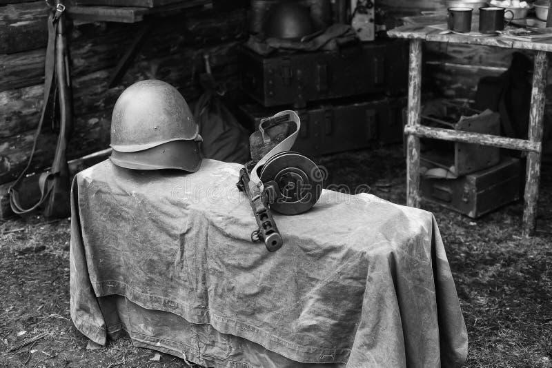 Militair helm en machinepistool Shpagina, wederopbouw van het leven en onderwerpen van tweede wereldoorlog stock fotografie