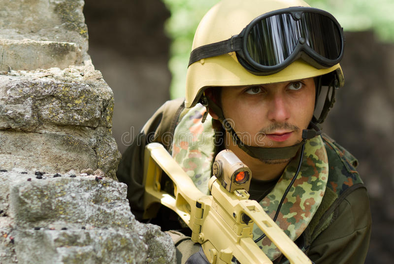 Militair in helm met hoofdtelefoon royalty-vrije stock foto's