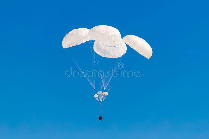Militair ladingsvalscherm die in de hemel vliegen stock foto's