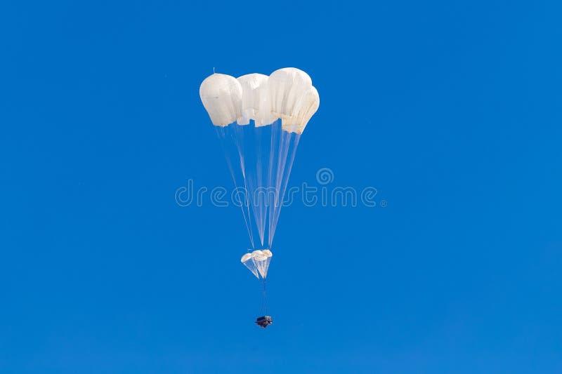 Militair ladingsvalscherm die in de hemel vliegen royalty-vrije stock afbeeldingen