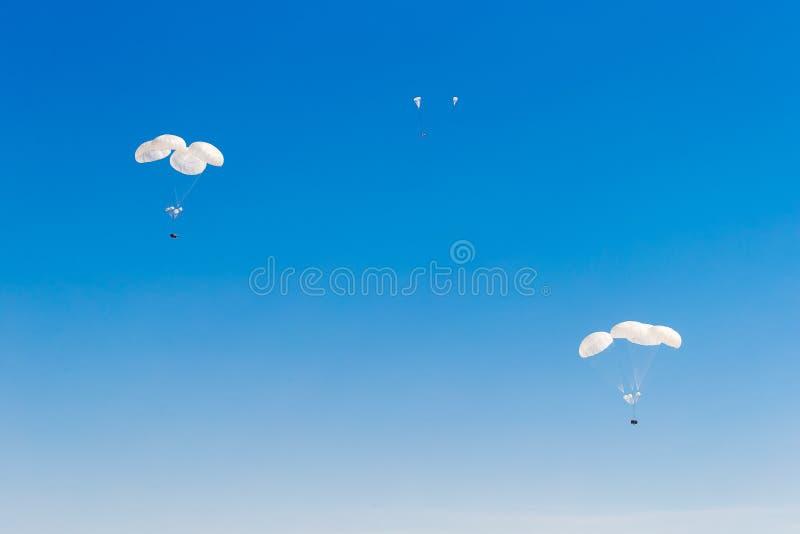 Militair ladingsvalscherm die in de hemel vliegen royalty-vrije stock foto