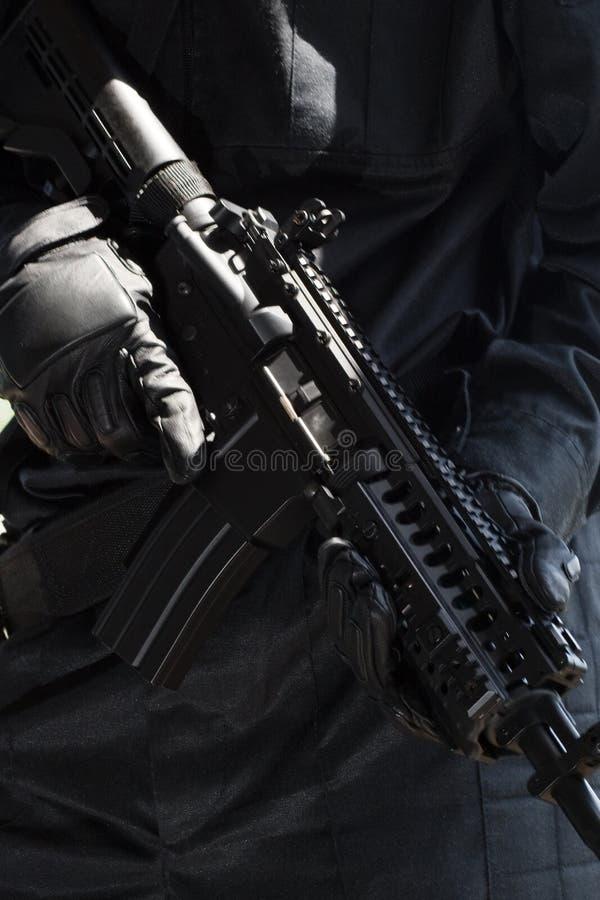 Militair met automatisch geweer royalty-vrije stock afbeelding