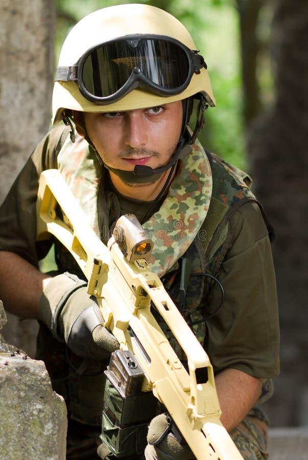 Militair met een geweer dat zich uit beweegt royalty-vrije stock foto's