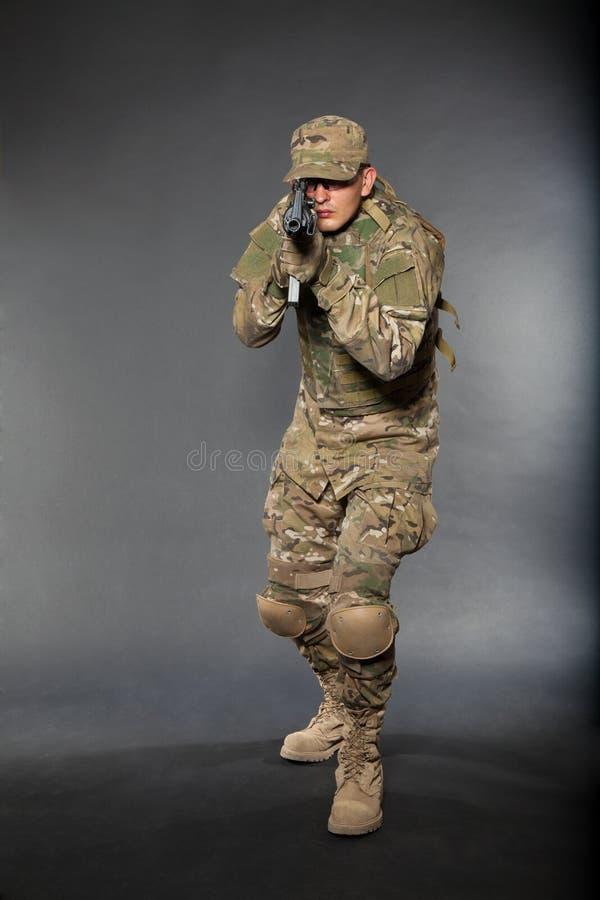 Militair met geweer stock foto