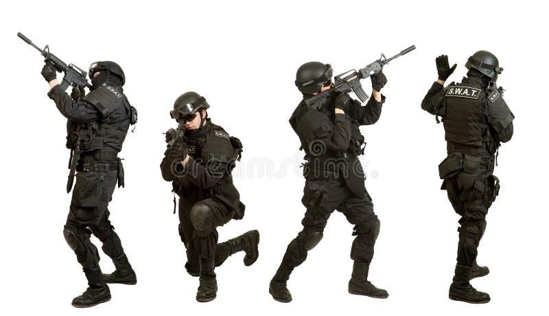 Militair met geweer op witte achtergrond wordt geïsoleerd die royalty-vrije stock fotografie