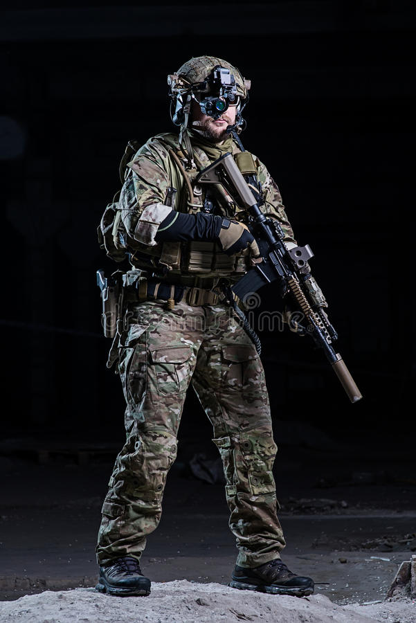 Militair met het apparaat en het geweer van de nachtvisie stock afbeeldingen