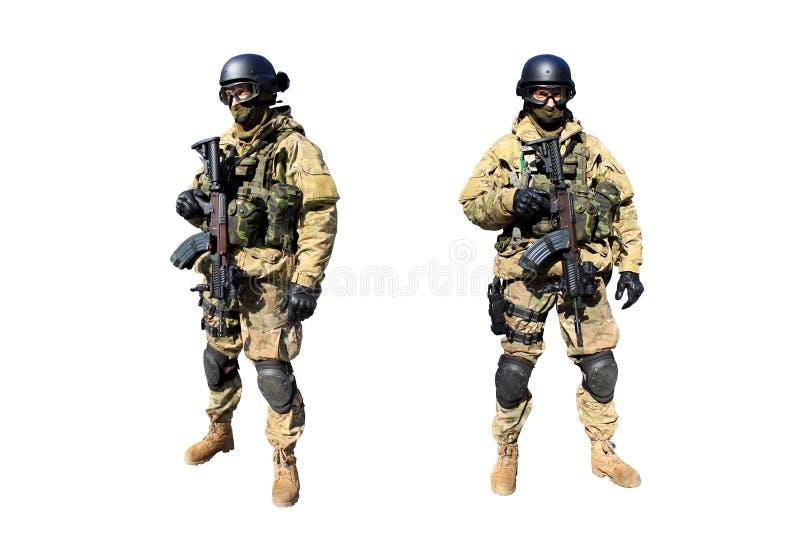Militair met het geweer in eenvormige camouflage stock foto