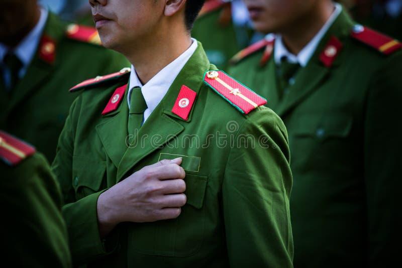 Militair met het groene eenvormige marcheren in rij stock foto