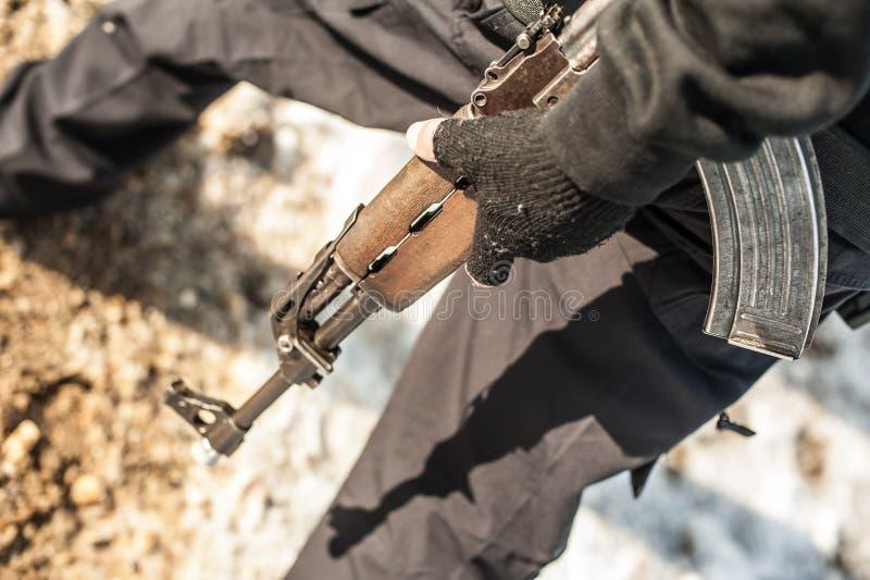 Militair met kalashnikovriffle machinegeweer op openlucht het schieten waaier stock foto