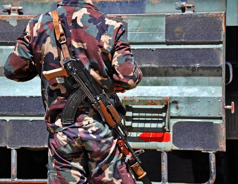 Militair met machinegeweren in openlucht stock fotografie