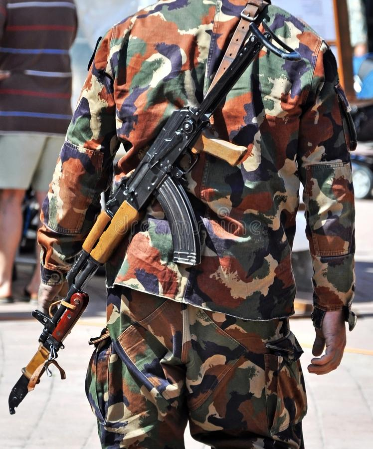 Militair met machinegeweren in openlucht stock foto