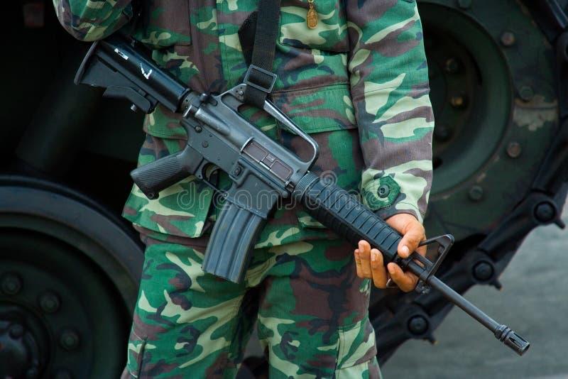 Militair met militair geweer m-16 stock foto