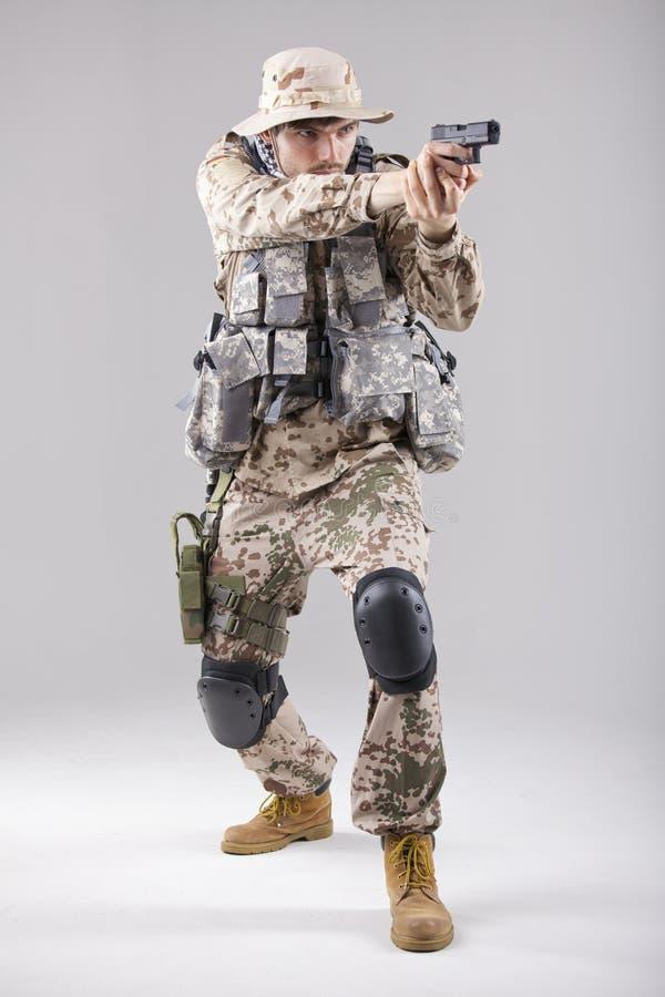 Militair met pistool het streven stock afbeeldingen