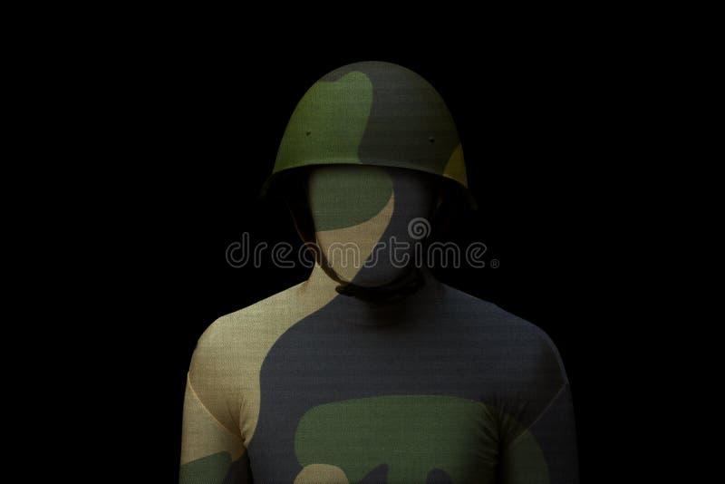 Militair met wilderniscamouflage op zwarte achtergrond stock foto's
