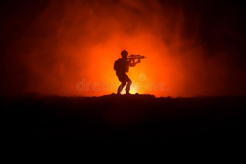 Militair militairsilhouet met kanon militairen in volledig toestel Militaire silhouetten die scène op de hemelachtergrond van de  stock fotografie