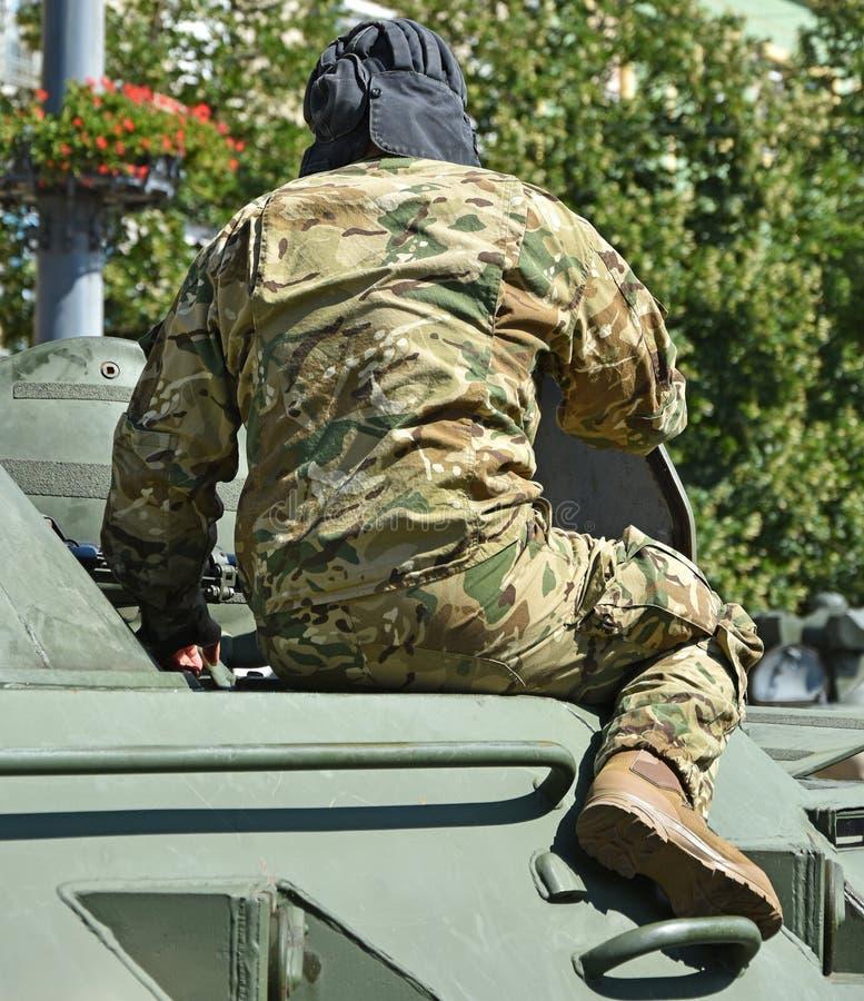 Militair op een gepantserd militair voertuig royalty-vrije stock afbeeldingen