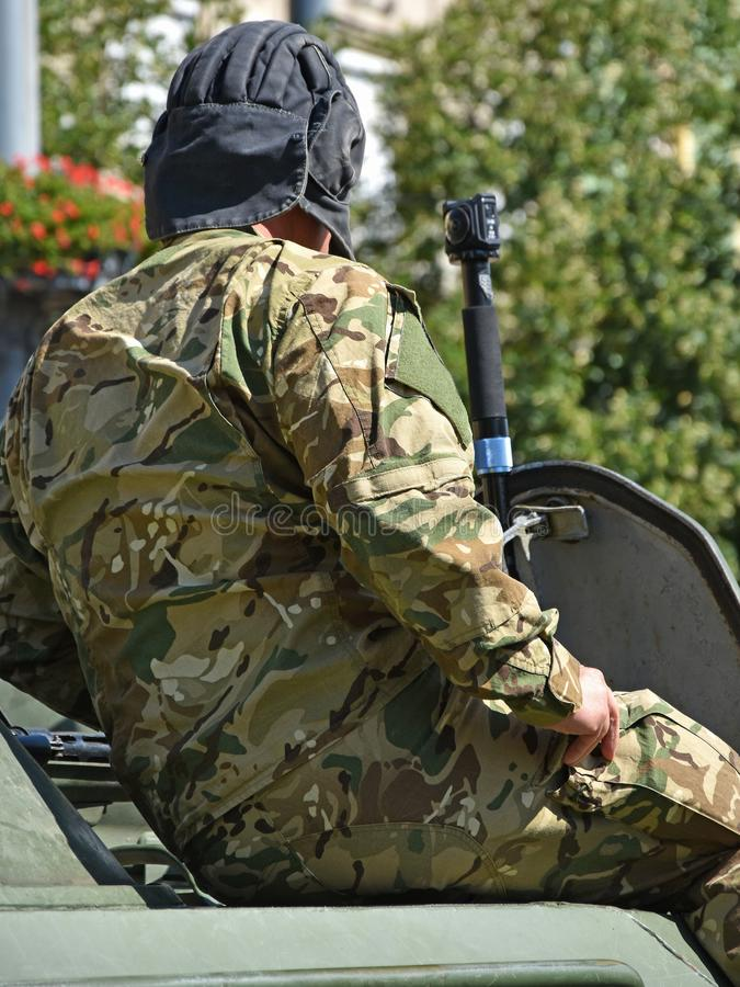 Militair op een gepantserd militair voertuig royalty-vrije stock afbeelding