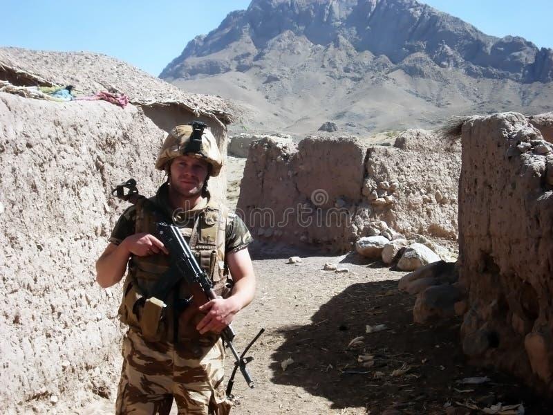 Militair op een weg stock foto