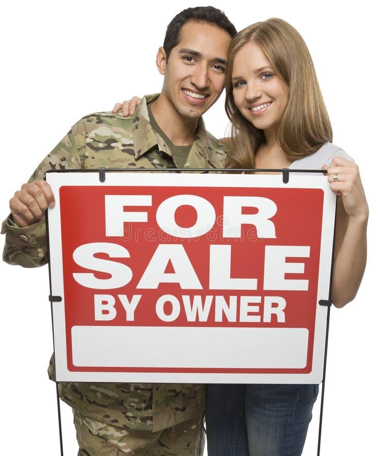 Militair Paar dat A voor Verkoop houdt door het Teken van de Eigenaar stock afbeeldingen