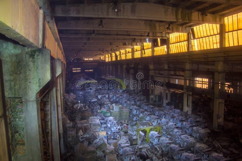 Militair pakhuis met geroeste tankdieselmotoren, Kharkov, de Oekraïne royalty-vrije stock afbeeldingen